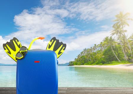 Concept de l & # 39 ; été voyager avec valise et accessoires pour les focus se concentrer sur le premier plan sur la plage tropicale de fond Banque d'images - 99327989