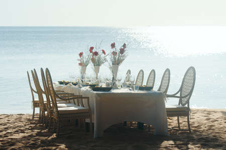 Festive serving table on beach in sunny day. Banco de Imagens