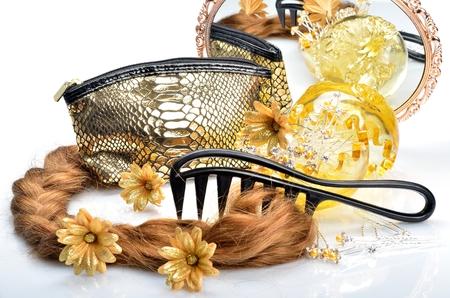 artificial hair: Pelo artificial y accesorios para mujeres peinados, cosm�ticos espejo bolsa y un peine en la vida sigue Foto de archivo
