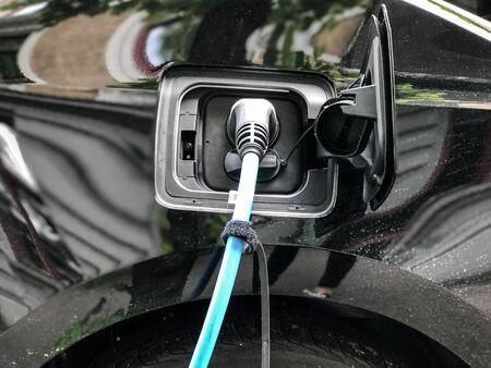 Oplaadpunt voor elektrische auto's in Oslo. Eco-auto die een revolutie teweegbracht Stockfoto