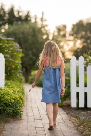 어린 소녀: Little girl in garden 스톡 사진