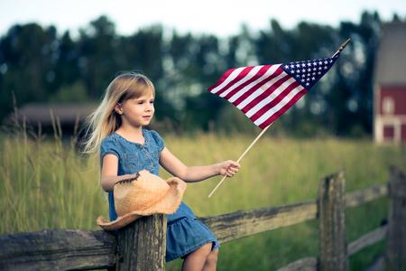 bandera estados unidos: Ni�a con la bandera de Estados Unidos Foto de archivo