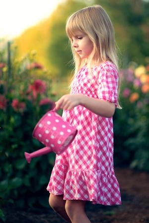 mignonne petite fille: Petite fille dans le jardin