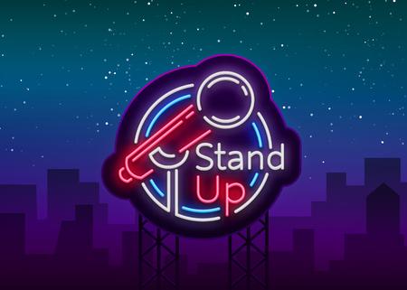 Stand Up Comedy Show è un'insegna al neon. Logo al neon, simbolo, banner luminoso e luminoso, poster in stile neon, pubblicità notturna brillante. Stand up show. Invito allo spettacolo comico. Vettore. Logo