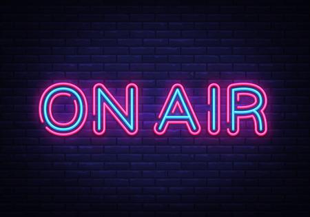 On Air vettore di segno al neon. On Air Radio Design modello insegna al neon, striscione luminoso, insegna al neon, pubblicità luminosa notturna, iscrizione luminosa. Illustrazione vettoriale.