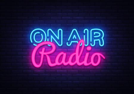 Sur le vecteur d'enseigne au néon Radio Air. On Air Radio Design modèle enseigne au néon, bannière lumineuse, enseigne au néon, publicité lumineuse nocturne, inscription lumineuse. Illustration vectorielle.