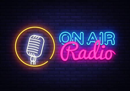 Op Air Radio Neon Logo Vector. On Air Radio neonreclame, ontwerpsjabloon, modern trendontwerp, nacht neon uithangbord, nacht heldere reclame, lichte banner, lichtkunst. Vector illustratie