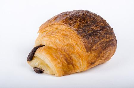 to cake layer: un croissant al cioccolato, pasticceria francese, torta a strati di cioccolato, il colore, horyzontal su sfondo bianco