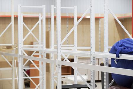 業務用機器、新しいストア、フックやラック、棚と据え付け品、組立、分解しようとして取引機器のインストール 写真素材