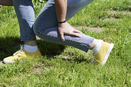 damaged leg muscles women walking on a Sunny summer day, the trauma and danger