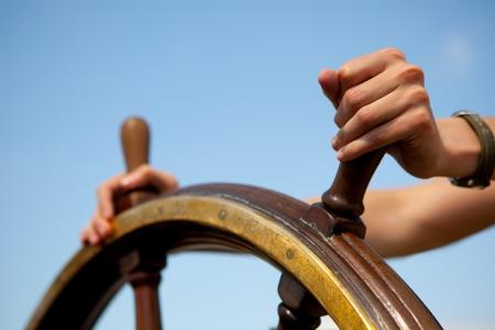 Steuerruder: Hand aufs Schiff Ruder. Lizenzfreie Bilder