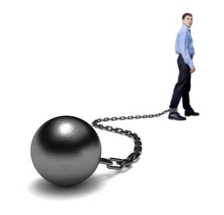 preso: Las piernas del hombre arrastrando una bola y una cadena, enfoque selectivo.