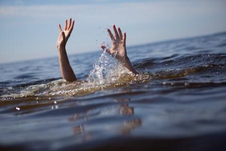 ahogandose: Buscando rescate.