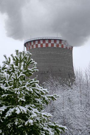 flue season: Fumar pipa industrial en un paisaje de invierno