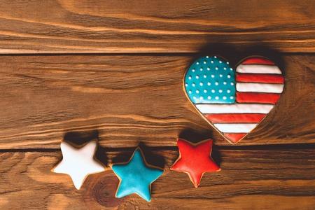 Hart vorm Amerikaanse vlag met patriottische ginfer sterren voor de 4e juli op de houten achtergrond Stockfoto