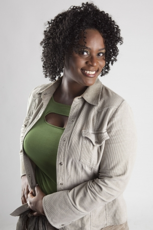 スタジオにかわいい衣装を着て幸せ、かなり黒の女性 写真素材 - 7560155