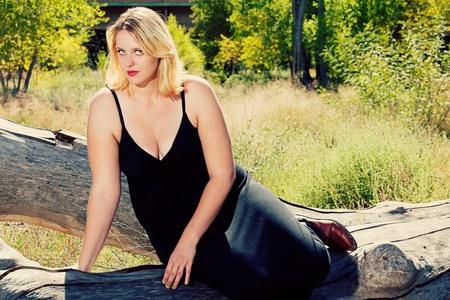 dralle blonde Frau im Freien
