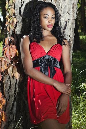 Portret van mooie zwarte vrouw in een rode jurk