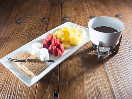 graham: Fondue chocolate with fruit, marshmallow and graham crackers