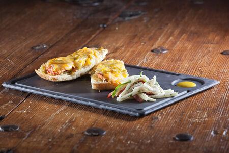 sandwich au poulet: Piment vert sandwich au poulet et salade sur plaque en fonte