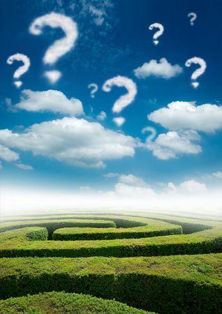 Un laberinto bajo un cielo azul con nubes signo de interrogación.