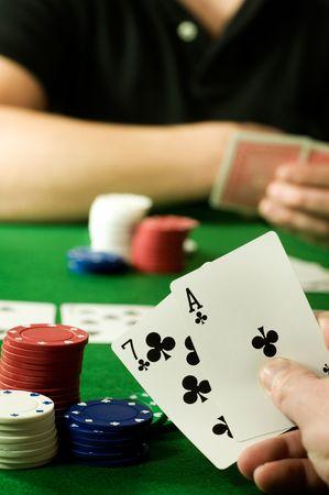 texas hold em: Personas jugar Texas Hold 'Em Poker apuestas en torno a una mesa.