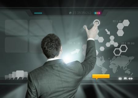 �cran tactile: Un homme d'affaires travaillant sur la technologie moderne.
