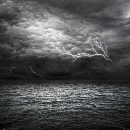 Atlantik-Storm-Einstellung in. Blitz-über Gewitterwolken über dem Meer. Standard-Bild - 8919039