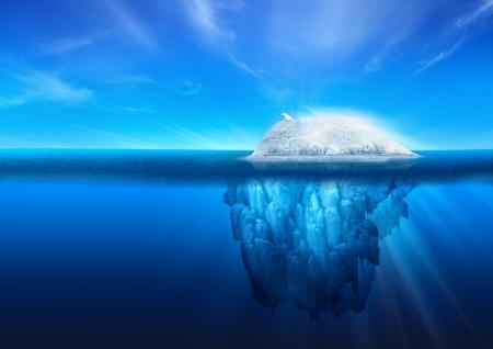 Een ijsbeer op de top van een natuurlijke ijsberg gletsjer op de Noord-Atlantische Oceaan. Stockfoto