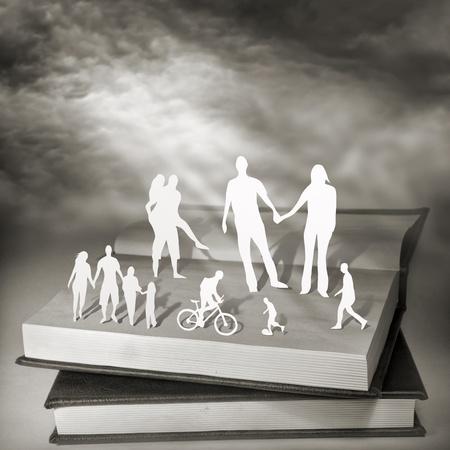 padres hablando con hijos: Libros para todos. Fotograf�a conceptual.