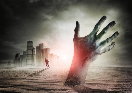 El aumento de Zombie. Una mano surge de la tierra! Foto de archivo - 14488042
