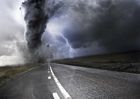 Poderoso Tornado - destrucción de la propiedad con un rayo en el fondo