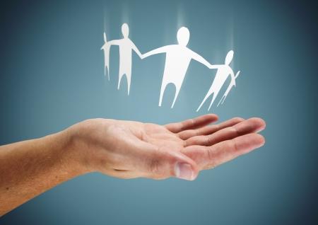 vida social: Family in Hand - Al cuidado o ayudar imagen conceptual