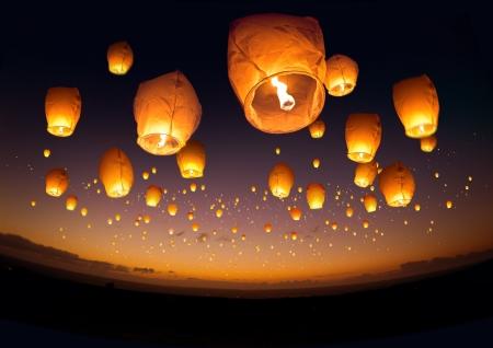 Een grote groep van chinese vliegende lantaarns