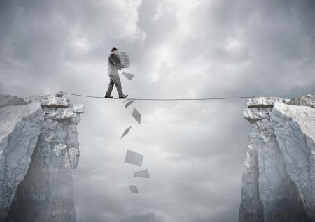 balanza: Equilibrio de negocios - Un papeleo llevando empresario caminando sobre una cuerda floja.
