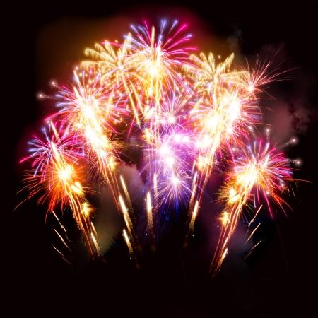 fuegos artificiales: Coloridos fuegos artificiales de oro y rosa muestran para celebraciones.