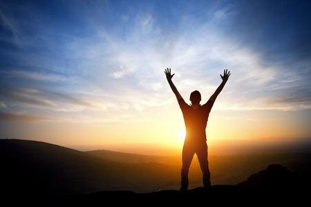 persona: Fresh New Morning - Una persona que alcanza hasta en un brillante mañana la salida del sol.