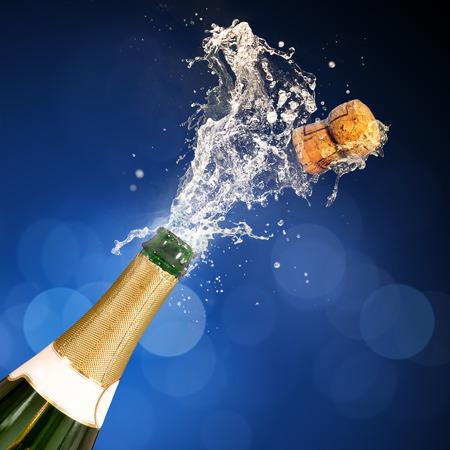 brindisi champagne: Una bottiglia di champagne popping aperto. Celebrazioni. Archivio Fotografico