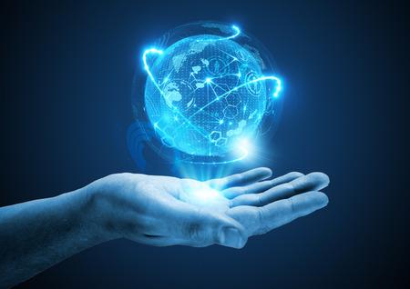 Proyectando el futuro. Una mano que sostiene una proyección holográfica. Foto de archivo