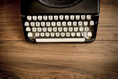 typewriter: Una máquina de escribir de la vendimia en una mesa de madera Foto de archivo