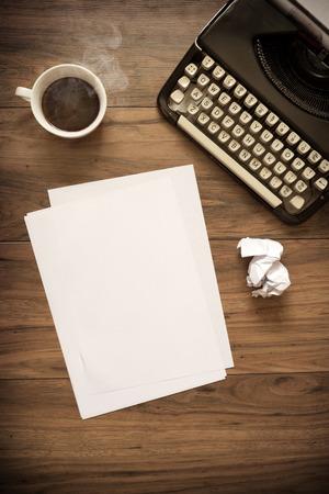 木製のテーブル コーヒーと紙とヴィンテージ タイプライター