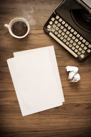A Vintage Typewriter on a wooden table with coffee and paper 版權商用圖片 - 30536932