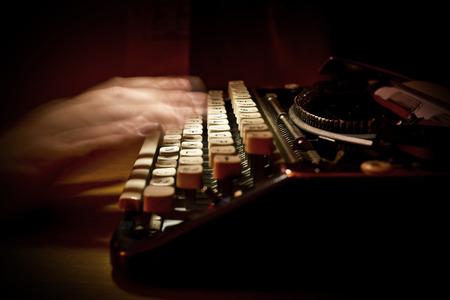 ビンテージ タイプライターでタイピング人 写真素材