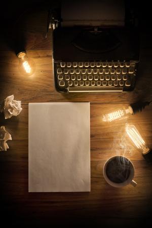 dopisní papír: Vintage psací stroj na dřevěný stůl s žárovkami a psaní