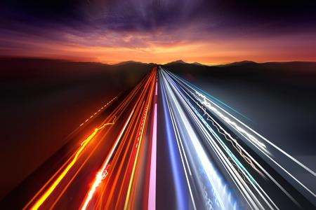 Schnell bewegenden Verkehr Lichtspuren in der Nacht.