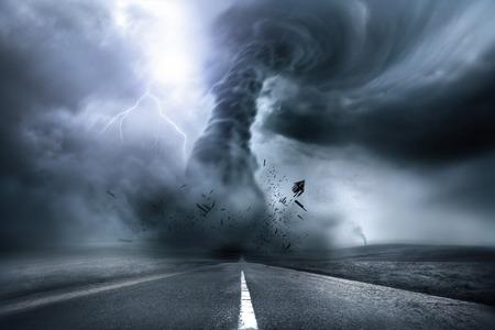temp�te: Une grande temp�te produire une tornade, provoquant la destruction. Illustration. Banque d'images