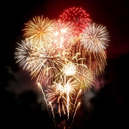 fogatas: Una gran pantalla de celebración de fuegos artificiales de oro.