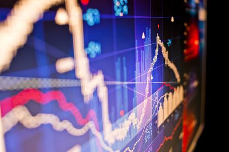 bolsa de valores: Cierre de la imagen de los datos del mercado de valores en un monitor de computadora. Foto de archivo