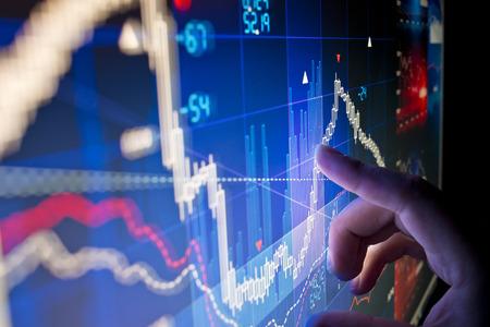 big: Un trabajador de la ciudad El análisis de los datos del mercado de valores en un monitor.