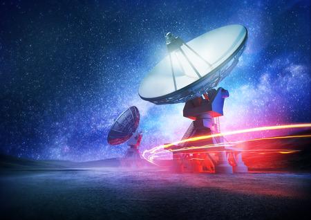 Astronomía matrices de espacio profundo de radio telescopio en la noche apuntando hacia el espacio. La Vía Láctea produce el fondo. Ilustración.